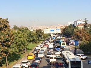 Gar'da eylem nedeniyle yollar kapatıldı, uzun kuyruklar oluştu
