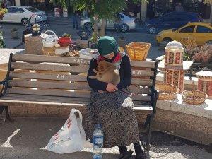 Yaşlı nineden köpeğe duygulandıran şefkat
