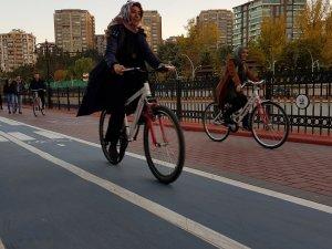 Bisiklet belediyeden gezmesi gençlerden