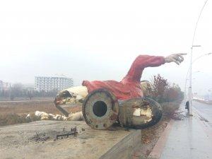 Gökçek'in çıraklık eseri olarak bilinen iki futbolcu heykeli de kaldırıldı