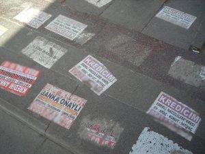 Kaldırımlarda ilan kirliliği