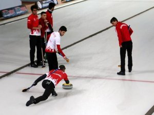 Genç curlingcilerin gözü zirvede