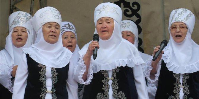 """80'li yaşlardaki ninelerden oluşan """"Nineler Şanırağı"""" adlı korosu"""