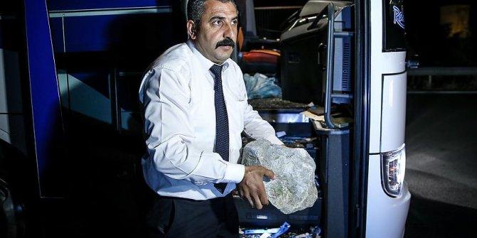 Üst geçitten atılan kaya parçaları araçlara zarar verdi