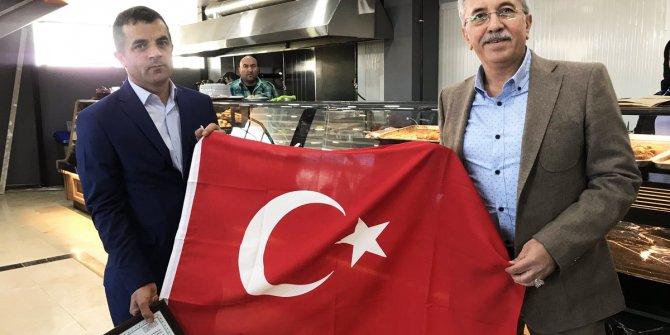 Selçuk Çetin'den esnafa bayrak
