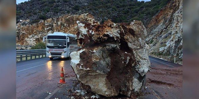 Demre-Kaş karayoluna kaya düştü
