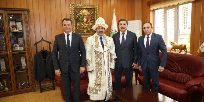 Başkan Demiral çapan giydi