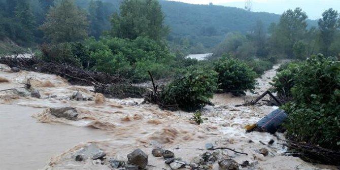 Düzce'de hayat durdu: Aniden bastıran şiddetli yağış sele neden oldu