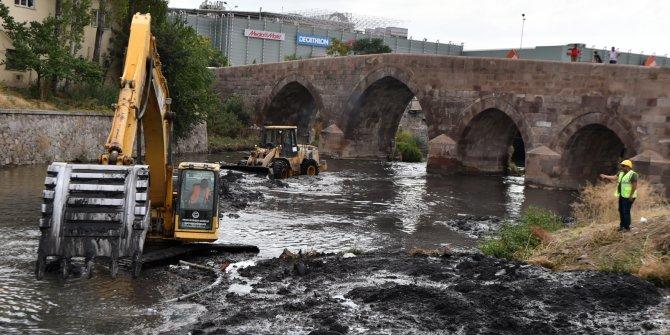 Ankara Büyükşehir Belediyesi Ankara Çayı'na atılan kurban atıklarını temizledi