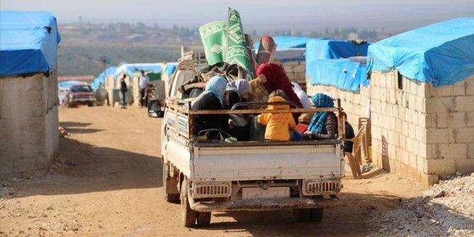 Binlerce sivil Türkiye sınırında