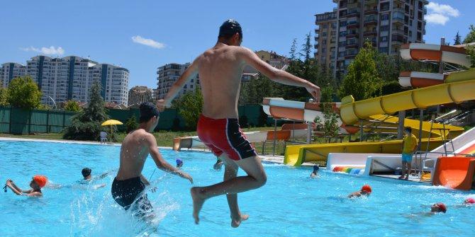 Sıcak havalardan bunalan vatandaşlar havuzlara akın ediyor