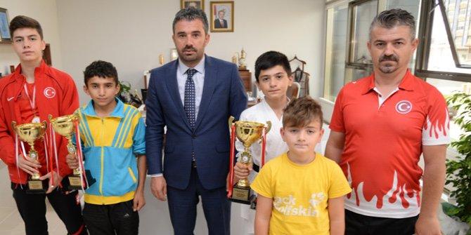 Wushu Kung Fu sporcuları Pursaklar Belediye Başkanı Ertuğrul Çetin'e ziyarette bulundu