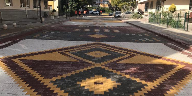 Pursaklar'ın sokakları geleneksel Türk motif ve desenleri ile işleniyor
