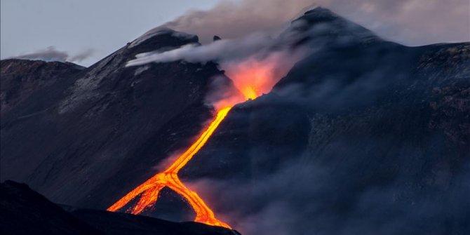 İtalya'da Etna yeniden lav püskürttü