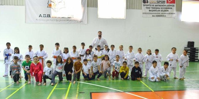 Büyükşehir Belediyesi Sincan Kapalı spor Salonu'nda ücretsiz eğitim vermeye devam ediyor