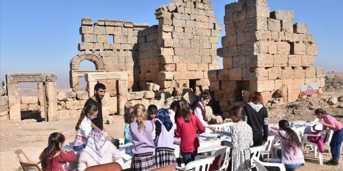Tarihi 3 bin yıllık Zerzevan Kalesi'nde öğreniyorlar