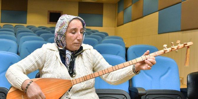 Mamaklı 65 yaşındaki Sakine Turfan müziğe olan merakıyla ilgi topluyor
