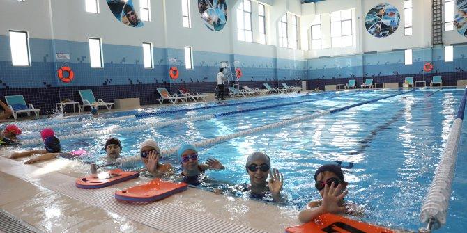Etimesgut'ta yüzme kurslarını başarıyla tamamlayan 127 kursiyer sertifikalarını aldı