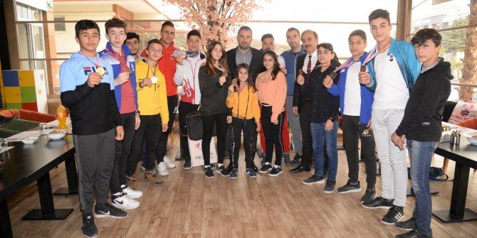 Pursaklar Belediye Başkanı Ertuğrul Çetin şampiyonlarla buluştu