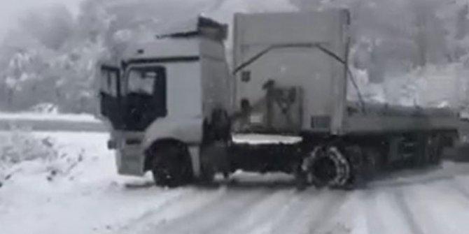 Kar yağışı sonrası kayan TIR yolu kapattı