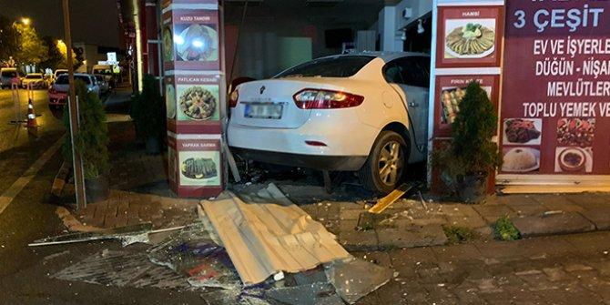 Kadıköy'de otomobil lokantaya daldı