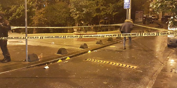 Motosikletli saldırganlar parkta oturan gençlere kurşun yağdırdı