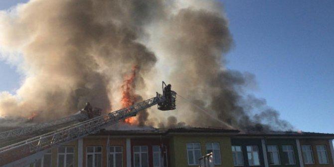 Okulun çatısı yandı: öğrenciler tahliye edildi