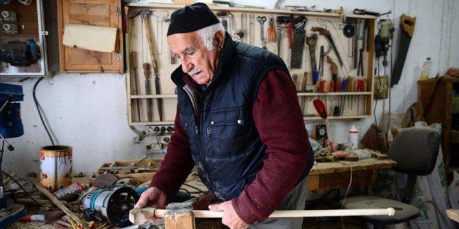 Her gün bisikletiyle gittiği atölyesinde 35 yıldır baston üretiyor