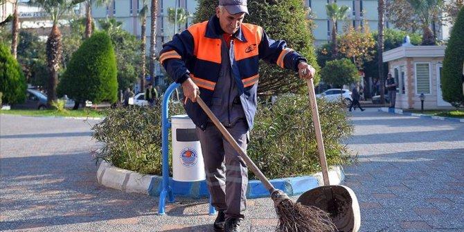 Mersin'de sokağı halay çekerek temizleyen işçiye bir maaş ikramiye verildi