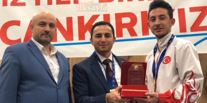 Milli Sporcu Enes Çağlar 'Yılın En İyi Sporcusu Ödülü'ne layık görüldü