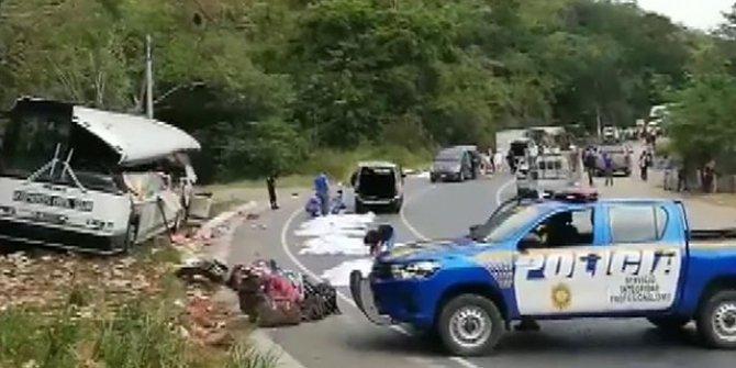 Guatemala'da kamyon yolcu otobüsüne çarptı: 21 ölü