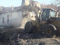 Keçiören'de vatandaşın şikayet ettiği metruk bina belediye tarafından yıkıldı