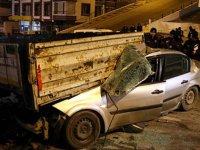 TIR'a arkadan çarpan otomobil hurdaya döndü