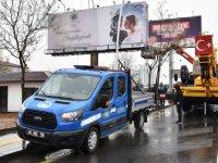 Büyükşehir Belediyesi izinsiz tabela ve totemleri kaldırıyor
