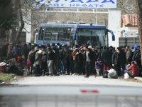 Yunanistan sınırı otobüsle kapattı, giriş çıkışları durdurdu: Ses bombaları atılıyor
