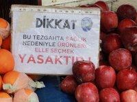 Samsun'da pazarcılar, 'elle seçmek yasak' notu ile uyarıyor