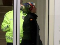 Apartmanın merdiven korkuluklarına sıvı süren kadın gözaltına alındı