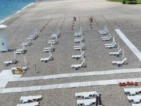 Dünyaca ünlü Konyaaltı sahilinde 'sosyal mesafeli tatil' düzenlemesi