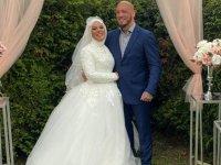 İslamı seçen Avusturyalı şampiyon dövüşçü Ott'un nişanlısı da Müslüman oldu