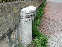 Tarihi sütun, bahçe duvarında kullanıldı