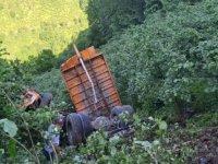 Kamyon 300 metrelik uçuruma yuvarlandı: 2 ölü, 3 yaralı