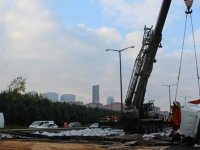 TEM Otoyolu'nda devrilen tır kaldırıldı
