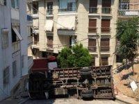 Yokuşu çıkamayan nakliye kamyonu devrildi