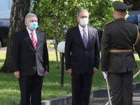 Bakan Akar, Ukrayna'da askeri törenle karşılandı