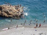 Antalya'da nemden bunalanlar sahillerde yoğunluk oluşturdu