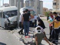 Kayseri'de kamyon, işçi servisine çarptı: 10 yaralı
