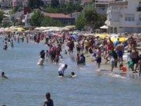 Silivri'de halk plajında yoğunluk... Sosyal mesafe hiçe sayıldı
