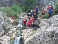 Kayalıklardan düşen genç kızı 1,5 kilometre sedye ile taşındı