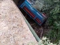 Köprüden uçan traktördeki çift yaralandı