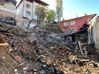 Çorum'da 5 kişinin öldüğü yangında küle dönen evler yıkılıyor